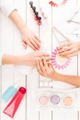 Pohled shora manikérka výběru barvy na nehty