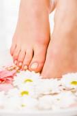 Oříznutý pohled na ženské nohy pedikúra