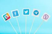 pohled shora sociální media ikon izolované na modré
