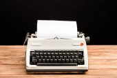 a fából készült asztal elszigetelt fekete papírral Vintage írógép