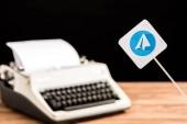 szelektív összpontosít a távirat app ikon háttér írógép