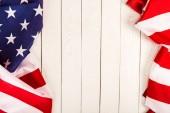 Americká vlajka na dřevěné pozadí s kopií prostor