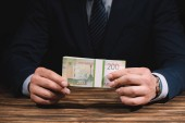 részleges kilátás nyílik üzletember a hivatalos viselet gazdaság orosz rubelt bankjegyek fából készült asztal fölött