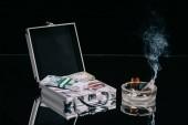 Orosz rubel bankjegyek bőrönd széf és égő pénz, hamutartó, fekete