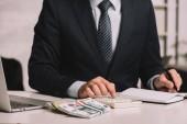 oříznuté zastřelil podnikatel pomocí kalkulačky a pořizování poznámek v programu Poznámkový blok na pracovišti s notebookem a ruských rublů bankovky