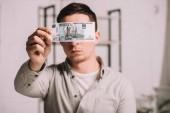 fiatal férfi arc mögött orosz rubelt bankjegy elrejtése