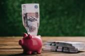 a fából készült asztal piggy bank bankjegy és orosz rubelt kiadványról
