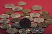 Detailní pohled ruských rublů mincí na červené, Selektivní ostření