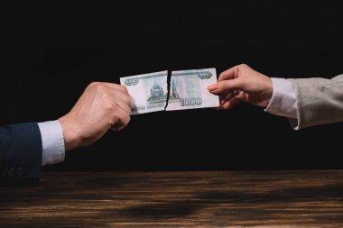 işadamı ve Rus ruble banknot ahşap masa üstünde siyah sökük işkadını kırpılmış atış