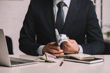 iş takım elbiseli adamı bölümünü Orta işyerinde Rus ruble banknot sayma