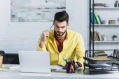 Koncentrovaná podnikatel se zavřenýma očima, drží tužku v kanceláři