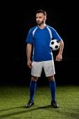 a labdát a zöld fű, elszigetelt fekete állandó erős labdarúgó