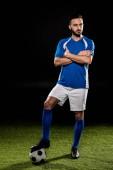 állandó labdát keresztezett karokkal elszigetelt fekete szakállas labdarúgó