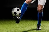 Fényképek a sportoló játszani a labdát a füvön elszigetelt fekete vágott megtekintése