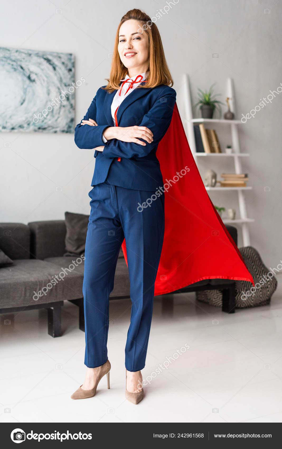 meet e489f 5e53a Donna Affari Sorridente Vestito Blu Mantello Rosso Che ...