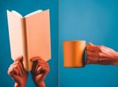 Collage aus Korallenbuch und Tasse in Korallenfarbe weibliche Hände auf blauem Hintergrund, Farbe des Konzepts 2019