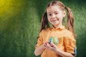 Fényképek aranyos mosolygós gyermek gazdaság világon modell szív közelében elmosódott háttér, föld napja koncepció