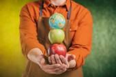 szelektív összpontosít az ember gazdaságot, az alma és a globe modell elmosódott háttér, föld napja koncepció