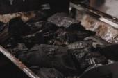 Fotografie Haufen von dunklen schwarzen Kohlen in Eisen Grill