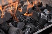 Fotografie hell brennende schwarze Kohlen im eisernen Grill