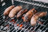 Fotografie Selektivní fokus chutných párků na bbq gril
