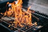 égő láng keresztül bbq grill rácsok tűzifa