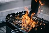 hořící dřevo s plamenem prostřednictvím grilování grilovací rošty