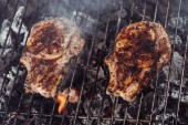 Photo juicy delicious steaks grilling on barbecue grill grade with smoke