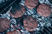 pohled shora z kotlety grilované čerstvé burger na grilovací mřížky
