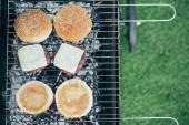Fotografie pohled shora lahodné čerstvé hamburgery složek grilování grilovací mřížky