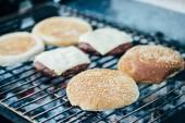 Selektivní fokus lahodné čerstvé hamburgery složek grilování grilovací mřížky