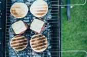 pohled shora lahodné čerstvé hamburgery složek grilování grilovací mřížky