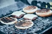 Selektivní fokus lahodné čerstvé hamburgery složek s krustou grilování grilovací mřížky