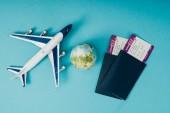 pohled shora globe a letadlo modelů, pasy s lístky na modrém pozadí