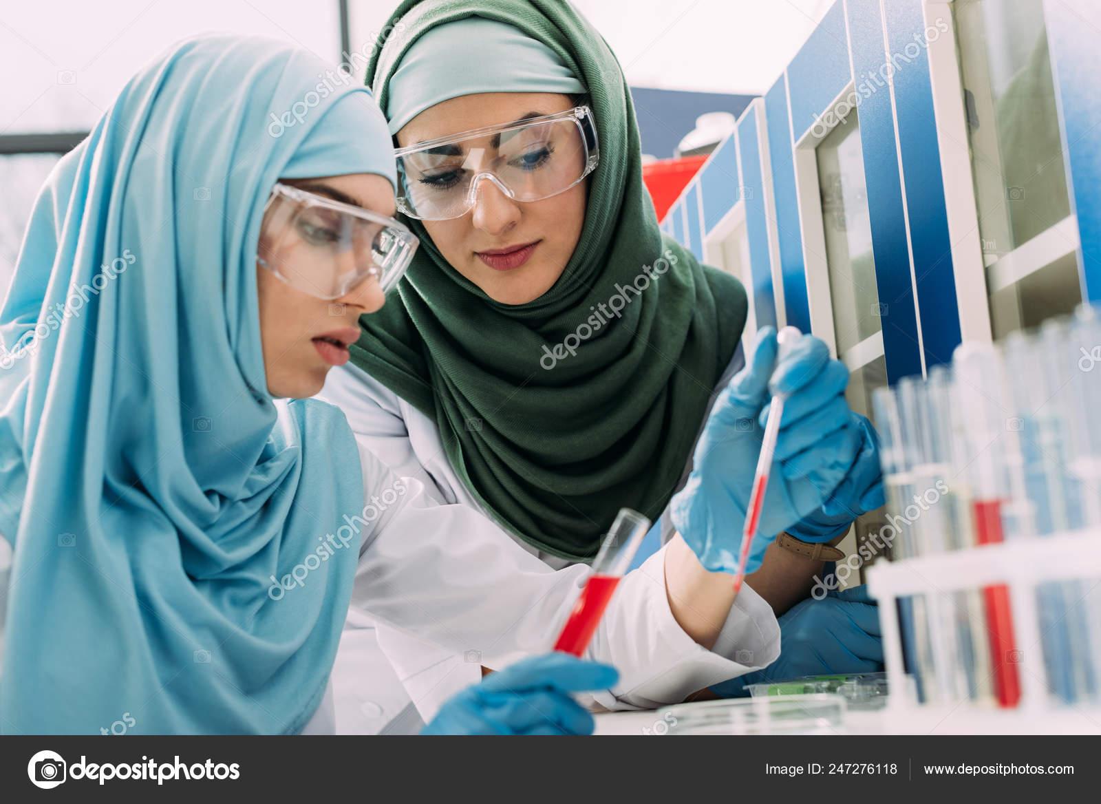 e3f7c25f1e Θηλυκό Μουσουλμάνων Επιστημόνων Προστατευτικά Γυαλιά Σιφώνιο Και  Δοκιμαστικό Σωλήνα Κατά — Φωτογραφία Αρχείου