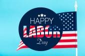 Americká vlajka s šťastný svátek nápisy a hvězdy na modré, samostatný