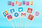Social-Media-Ikonen und Netzwerk mehrfarbige Schriftzüge isoliert auf blau