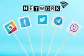 szociális média ikonok és hálózati betűkkel elszigetelt kék