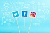 karty s twitter, facebook a instagram loga a ikony sociálních sítí izolovaných na modré