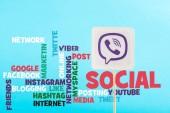 Social Media Schriftzug und Karte mit viber Logo isoliert auf blau
