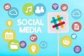 karta s malátný logo, nápis sociálních médií a barevné ikony izolovaných na modré