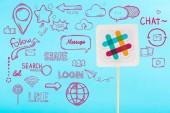 laza logo és a szociális média lila ikonok elszigetelt kék kártya