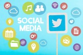 karta s loga twitter, sociální média nápisy a barevné ikony izolovaných na modré