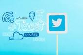 karta s loga twitter a sociální média ikony izolované na modré