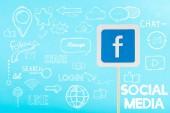 karta s logem Facebooku a sociální média ilustrace izolované na modré