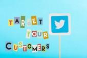 karta s logo Twitteru a cílové zákazníky nápisy izolované na modré