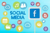 karta s logem Facebooku a izolované na modré ikony sociálních médií