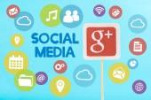 karta s google plus logo a sociální média písma a ikony, které jsou izolovány na modré