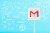 karta s logem gmail a sociální média ilustrace izolované na modré