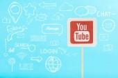 karta s youtube logo a sociální média ilustrace izolované na modré